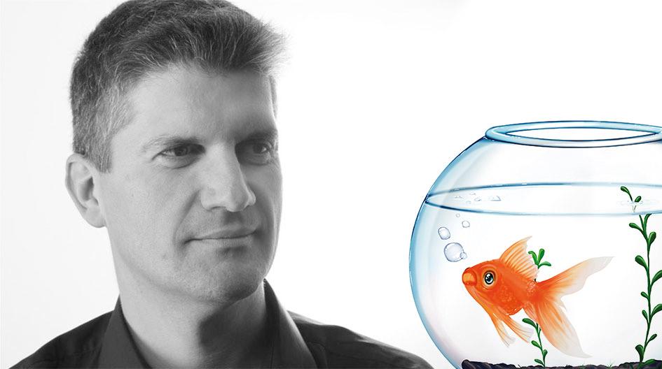 Bernd Ernst mit Goldfisch