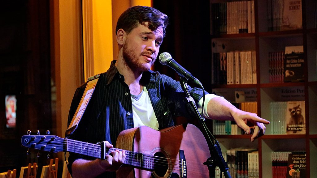 Berliner Singer-Songwriter Johannes Kubin bei Periplaneta