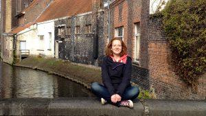 Maschenka Tobe sitzt auf einem Brückengeländer