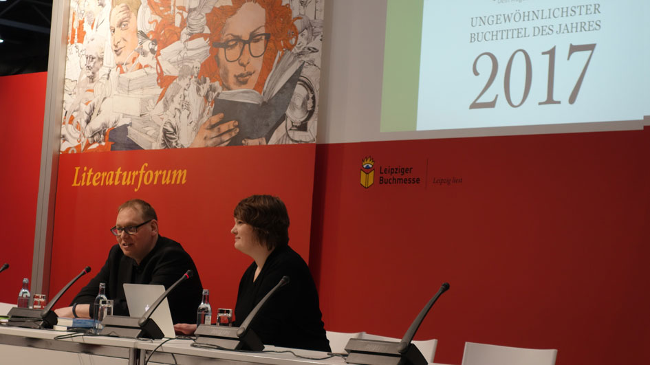 """Karsten Strack und Aline Kappich bei der Preisverleihung des """"Ungewöhnlichsten Buchtitels 2017"""""""