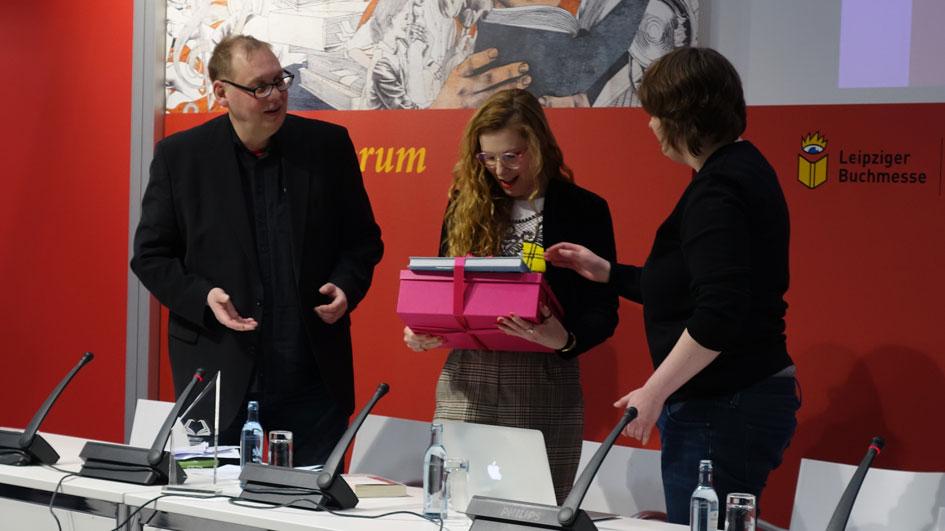 Anna Basener nimmt den Preis für den Ungewöhnlichsten Buchtitel 2017 an