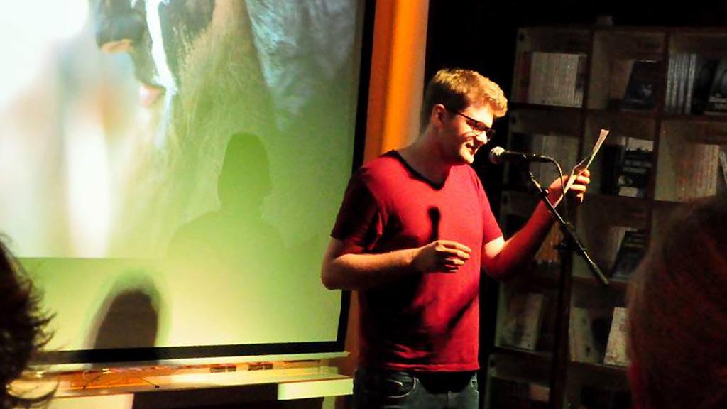 Ralph Mönius bei der Nacht der Drachenfliege im Periplaneta Literaturcafé.