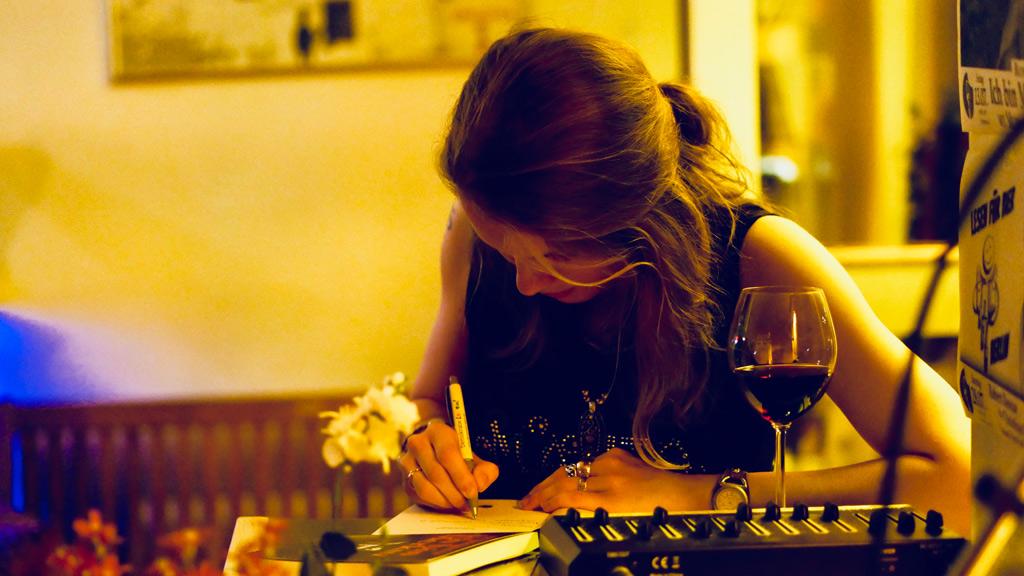 Ava Sergeeva bei ihrer Buchpremiere beim Signieren