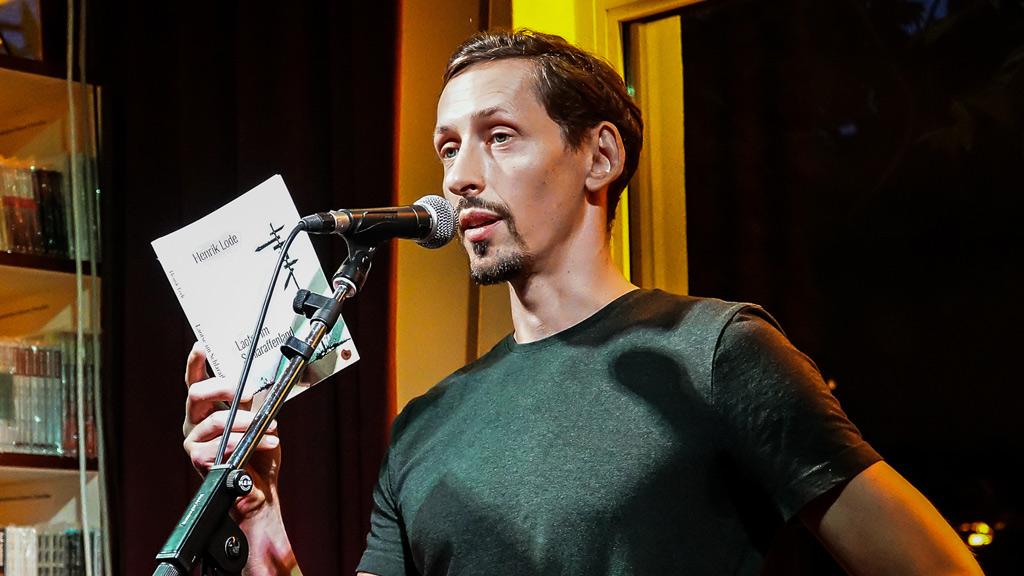 """Henrik Lode liest aus seinem Roman """"Laotse im Schlaraffenland""""."""