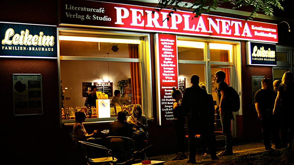 Periplaneta Literaturcafé bei Nacht.