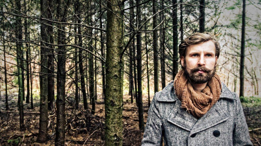Laander Karuso steht im Wald - periplaneta