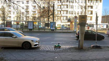 Grünes BobbyCar am Taxistand